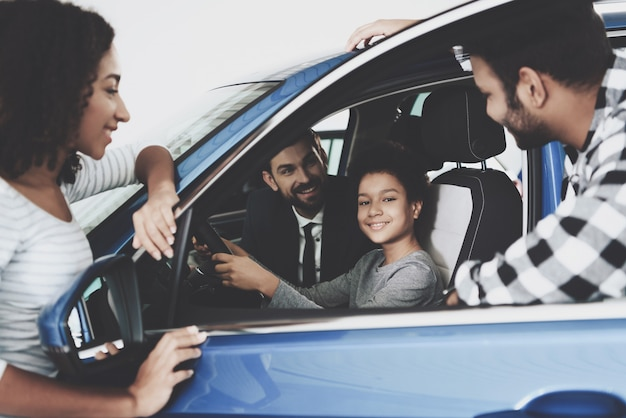 Afro family buy car happy kid sur le siège du conducteur Photo Premium