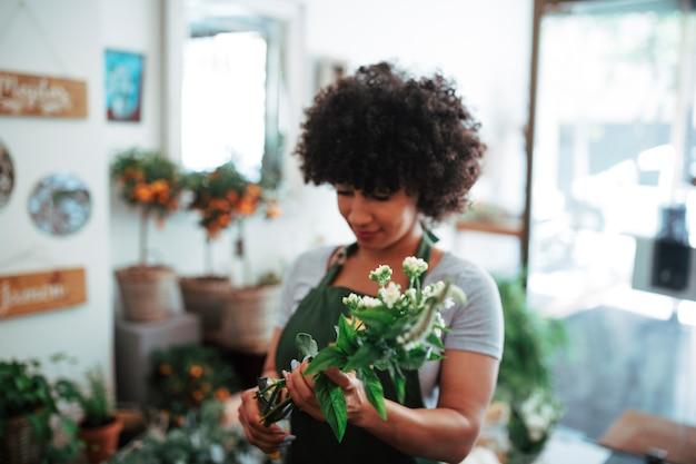 Afro femme africaine tenant un bouquet de fleurs Photo gratuit