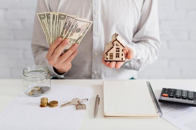 Agence immobilière avec de l'argent et de la maison Photo gratuit