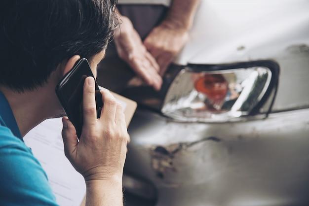 Agent d'assurance travaillant pendant le processus de réclamation pour accident de voiture sur site, réclamation d'assurance de personnes et de voiture Photo gratuit