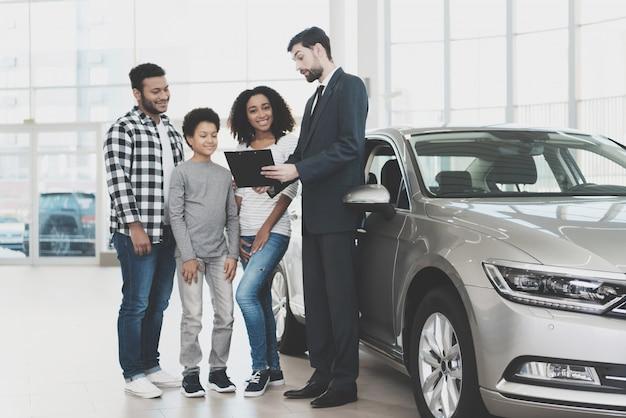 L'agent contractuel de voiture familiale signataire offre un crédit. Photo Premium