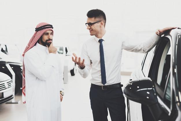 Agent démontrant la pensée de la clientèle de car arab. Photo Premium