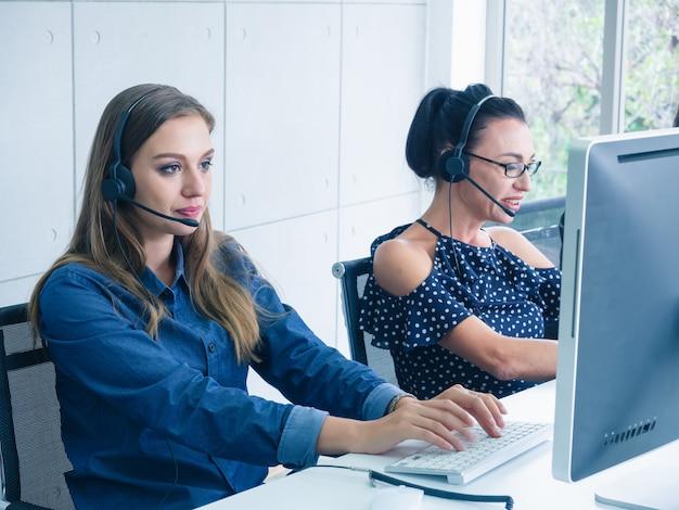 Agent D'équipe D'opérateur Amical Avec Des Casques Travaillant Dans Un Centre D'appels Photo Premium