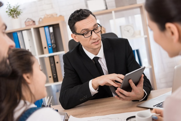 Un Agent Immobilier Aide Une Jeune Famille à Vendre Des Biens Immobiliers. Photo Premium