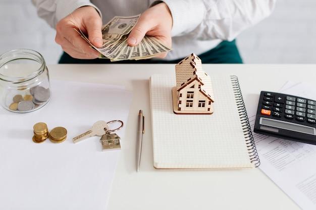 Agent immobilier comptant de l'argent au bureau Photo gratuit