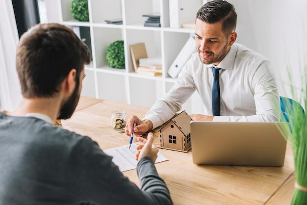 Agent immobilier parlant avec l'homme Photo gratuit