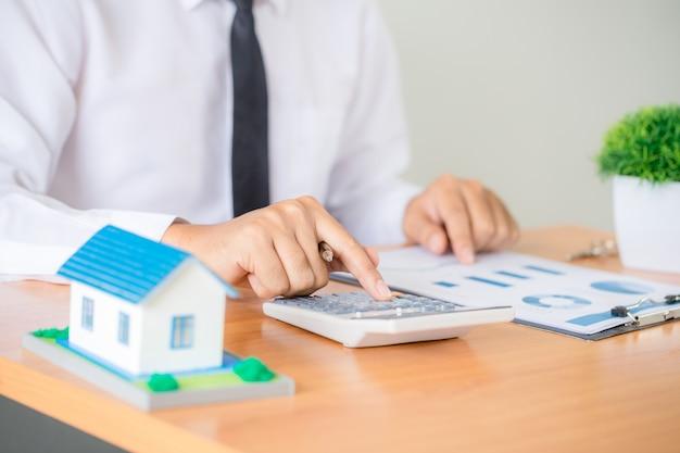 Agent Immobilier Présentant Et Consultant Le Client Pour La Prise De Décision Signe Un Contrat De Formulaire D'assurance Photo gratuit