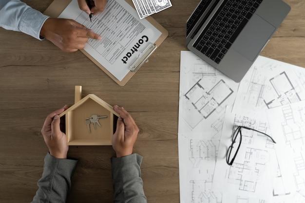 Agent Immobilier Signant Un Contrat Sur Un Prêt Immobilier Photo Premium