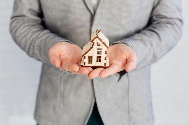 Agent Immobilier Tenant Une Figurine En Bois Photo gratuit