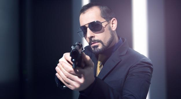 Agent secret tenant une arme à feu Photo Premium