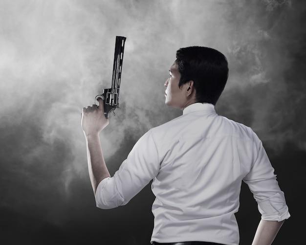 Agent secret tenant un pistolet Photo Premium
