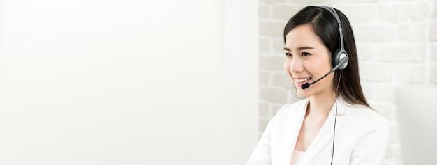 Agent de service clientèle de belle femme asiatique en centre d'appels, bannière panoramique Photo Premium