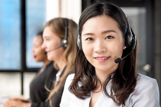 Agent de service clientèle femme asiatique travaillant dans le centre d'appels Photo Premium