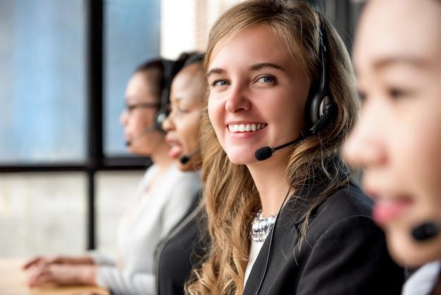 Agent de service clientèle femme travaillant dans un centre d'appels Photo Premium