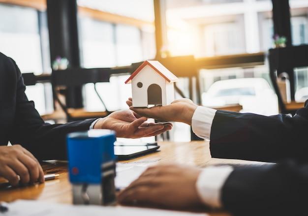 L'agent de vente de biens immobiliers examine les documents qui ont été approuvés pour le prêt acheteur. Photo Premium