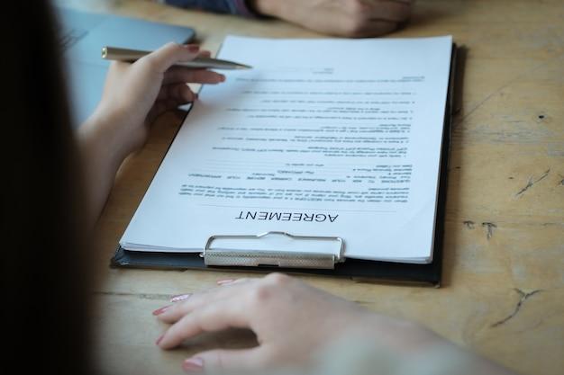 Les agents de banque discutant avec les clients de signer un contrat d'assurance habitation. concepts d'accord. Photo Premium
