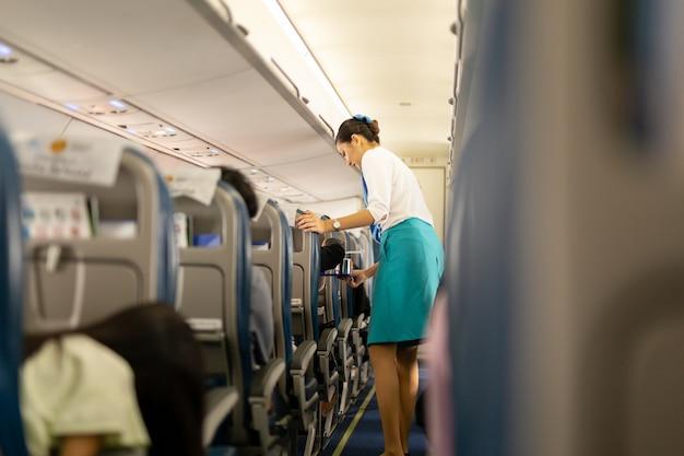 Les agents de bord de bangkok airways servent des boissons aux passagers Photo Premium