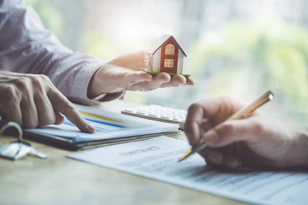 Agents immobiliers discutant des prêts et des taux d'intérêt pour l'achat de maisons Photo Premium
