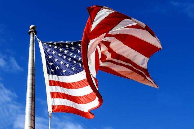 Agitant le drapeau américain sur le ciel bleu Photo Premium