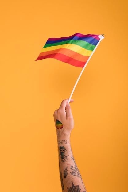 Agitant le drapeau arc-en-ciel lgbt Photo gratuit