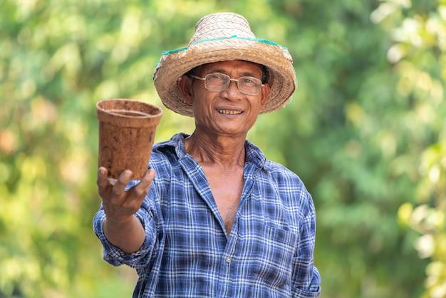 Agriculteur Asiatique Agriculture Tenant Le Pot. Photo Premium