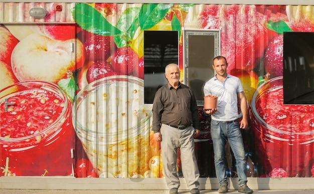 Agriculteurs Possédant Une Entreprise De Production De Jus De Fruits Et Produisant Des Fruits Photo gratuit