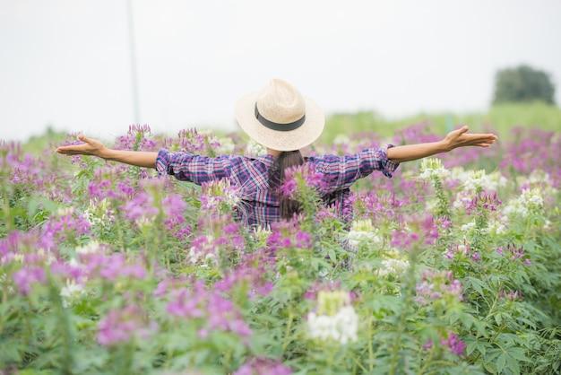 Les agriculteurs sont heureux sur leur propre ferme de fleurs. Photo gratuit