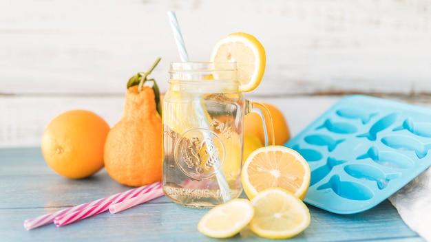 Agrumes et articles pour préparer des boissons rafraîchissantes Photo gratuit