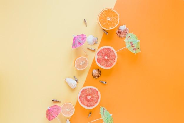 Agrumes aux coquillages et parapluies cocktail Photo gratuit