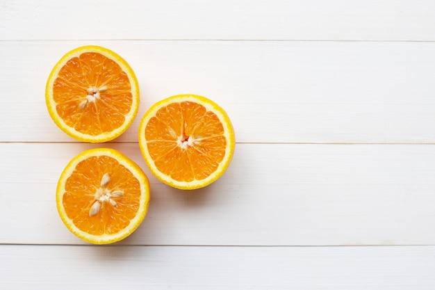 Agrumes orange sur bois blanc Photo Premium