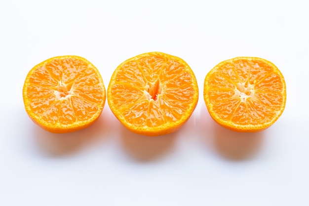 Agrumes orange frais sur blanc Photo Premium