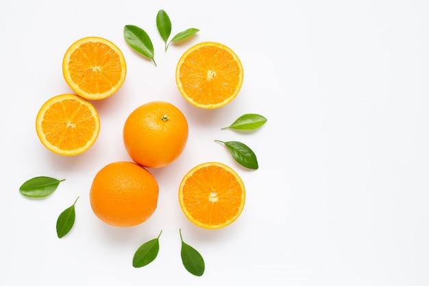 Agrumes orange frais avec des feuilles isolés sur fond blanc. Photo Premium