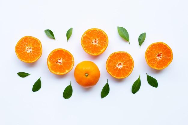Agrumes orange frais avec des feuilles vertes sur blanc. Photo Premium