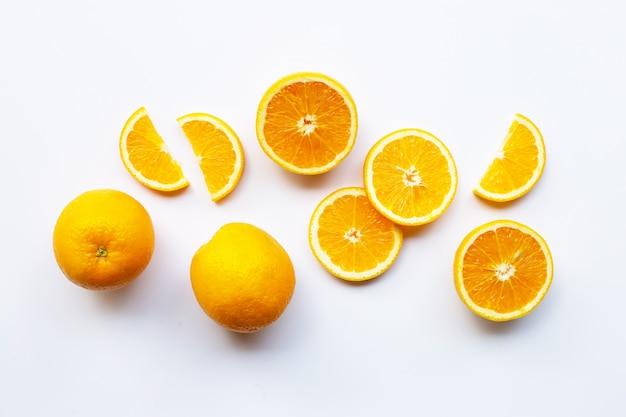Agrumes orange frais sur fond blanc. Photo Premium