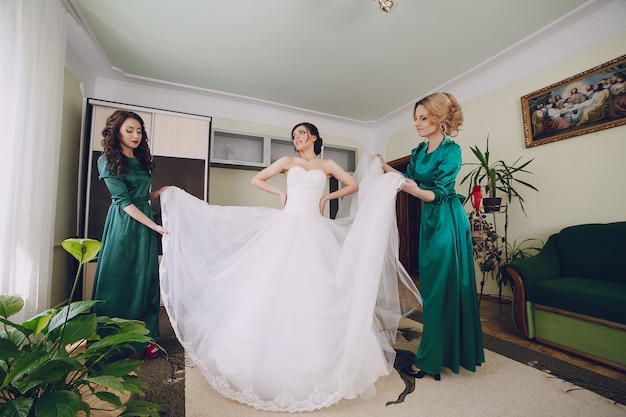 Aider les femmes à la mariée Photo gratuit