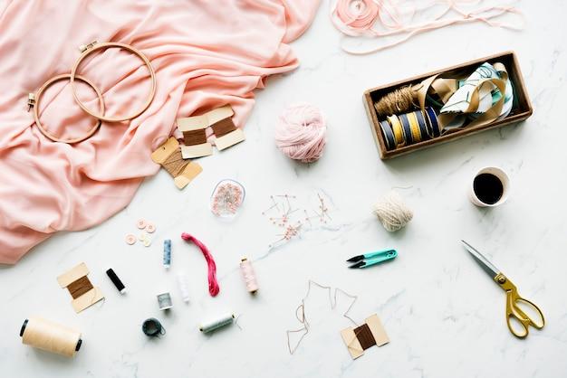 Aiguille à coudre des objets faits à la main sur une table en marbre Photo gratuit
