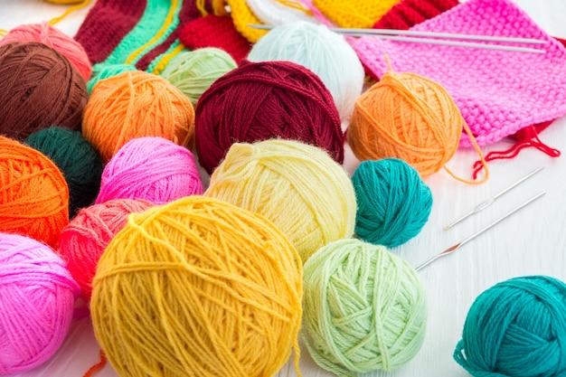 Aiguilles à tricoter avec un ballon Photo Premium