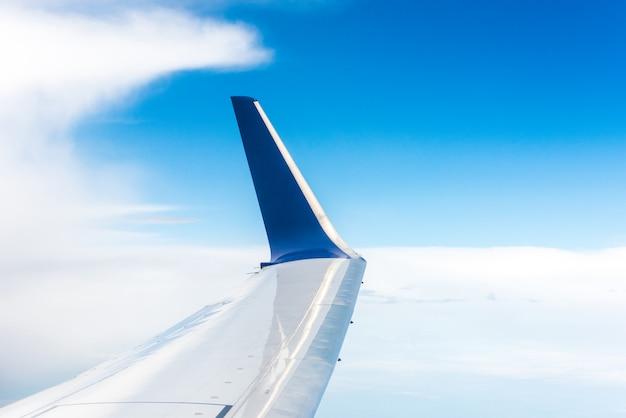 Aile d'avion bleu dans les airs Photo Premium