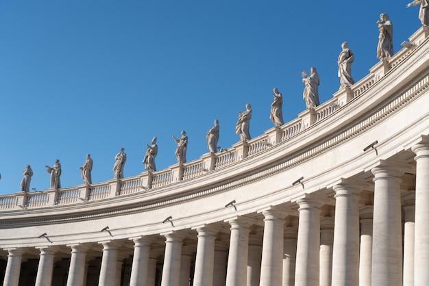 Aile gauche de la colonnade et des statues de saint-pierre au vatican Photo Premium