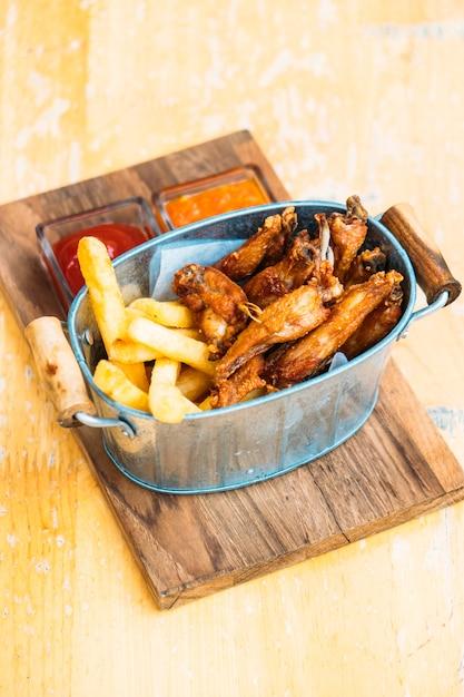 Aile de poulet frit avec des frites Photo gratuit