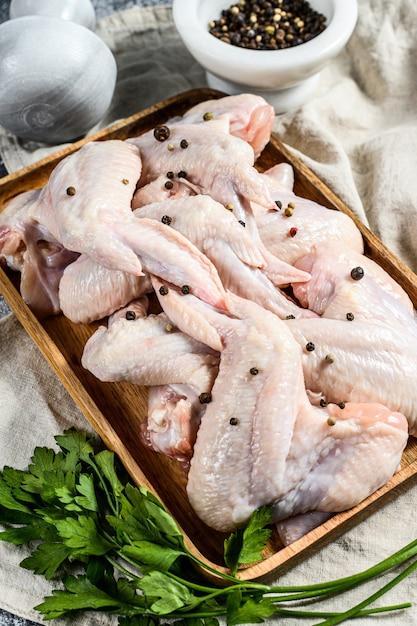 Ailes de dinde crue, volaille biologique de ferme, vue de dessus. Photo Premium