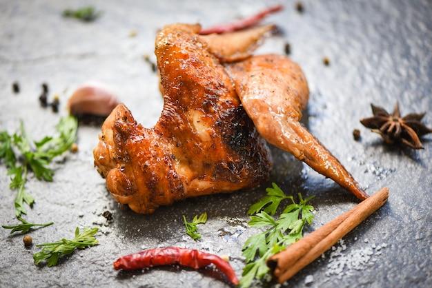 Ailes de poulet aux herbes et épices Photo Premium