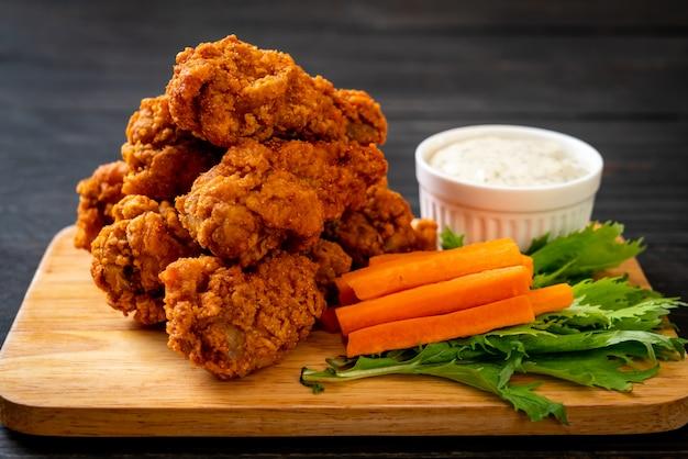 Ailes de poulet épicées frites Photo Premium