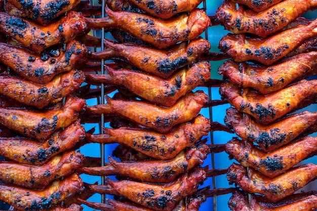 Ailes De Poulet Frit Au Marché De L'alimentation De Rue à Kota Kinabalu, Malaisie Photo Premium