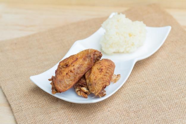Ailes De Poulet Frites Et Ail Croustillant Avec Riz Gluant Photo Premium