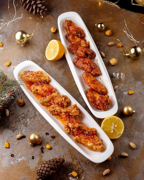 Ailes De Poulet Et Pilons Préparés Avec Sauce Et Servis Avec Citron Photo gratuit