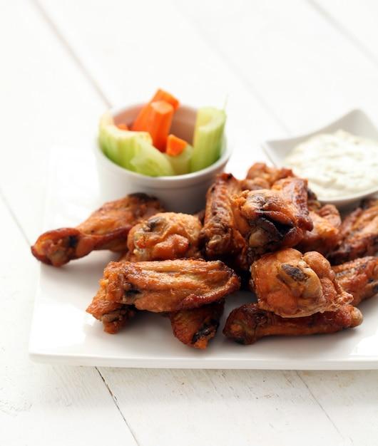Ailes de poulet avec sauce et légumes Photo gratuit