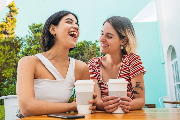 Aimer Couple De Lesbiennes Ayant Une Date Au Café. Photo gratuit
