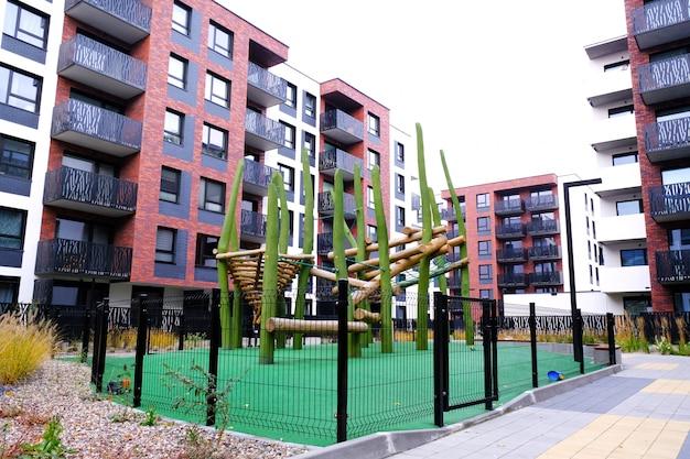 Aire De Jeux En Bois Pour Enfants Dans Une Cour Confortable Du Quartier Résidentiel De Madern. Photo Premium