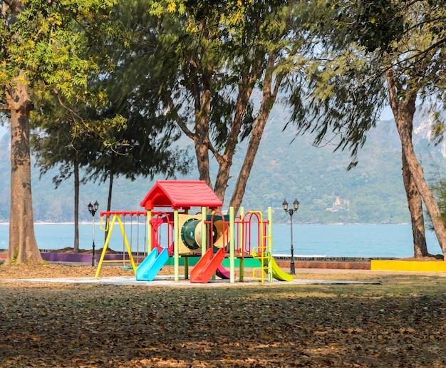 Aire de jeux pour enfants près de la mer. toboggans en plastique et grimpeurs dans un parc public Photo Premium